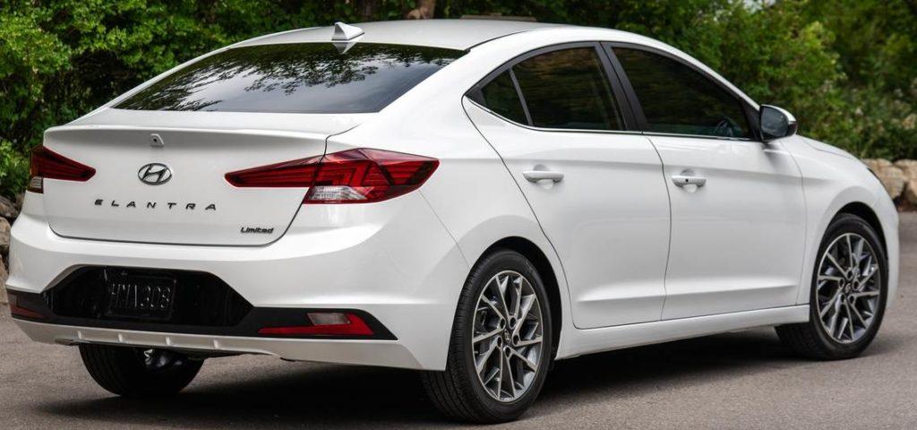 Hyundai Elantra сзади