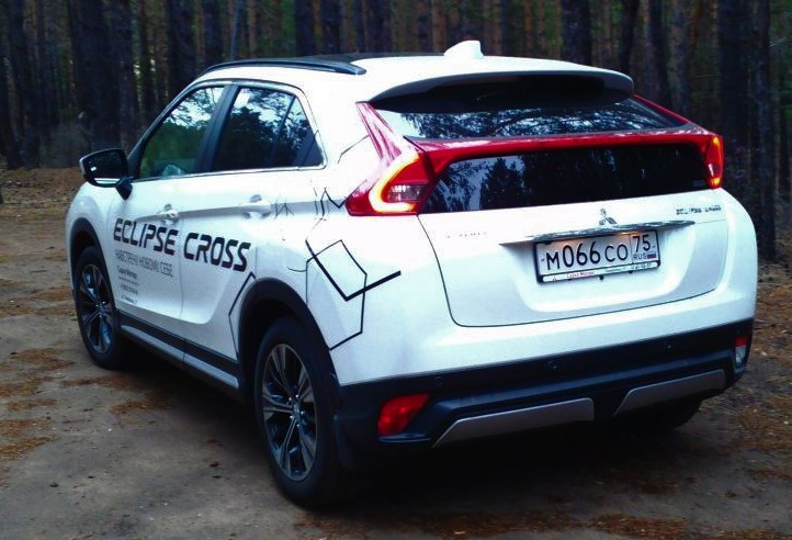 Eclipse Cross сзади