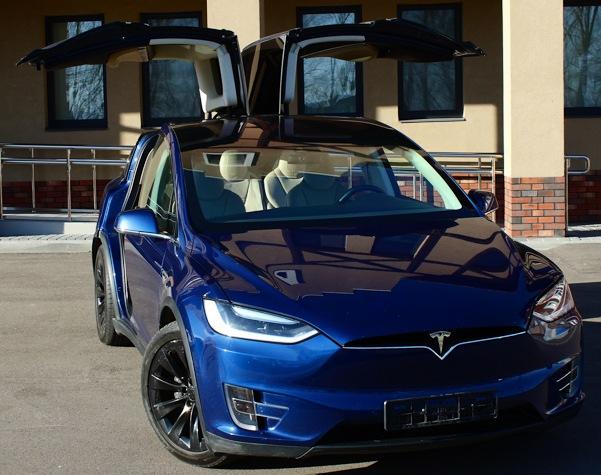 Tesla Model X с открытыми дверями