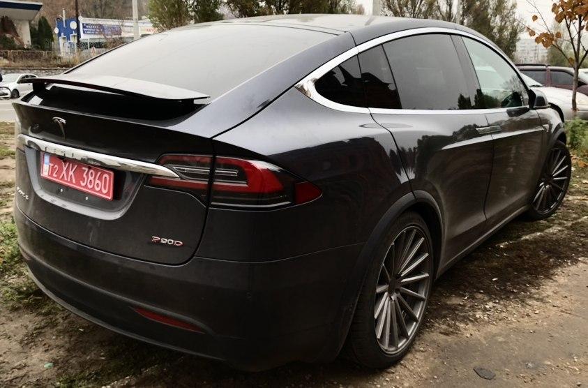 Tesla Model X сзади