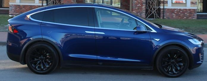 Tesla Model X сбоку