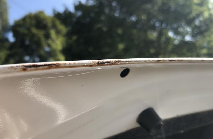 кромка крышки багажника